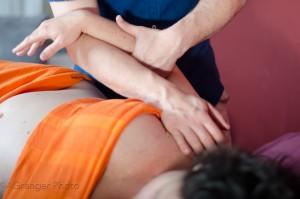 Détail du massage d'une épaule, massage bien-être